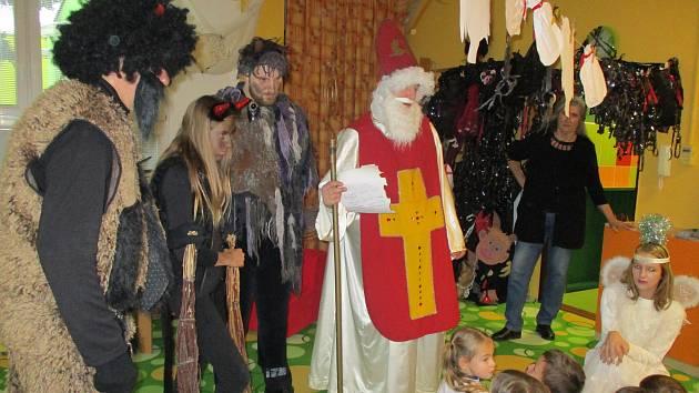 Mikuláš v doprovodu čertů a andělů v Mateřské škole 17. listopadu v Kutné Hoře.