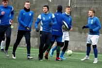 Fotbalisté čáslavské rezervy při rozcvičení před přípravným zápasem se Světlou nad Sázavou.