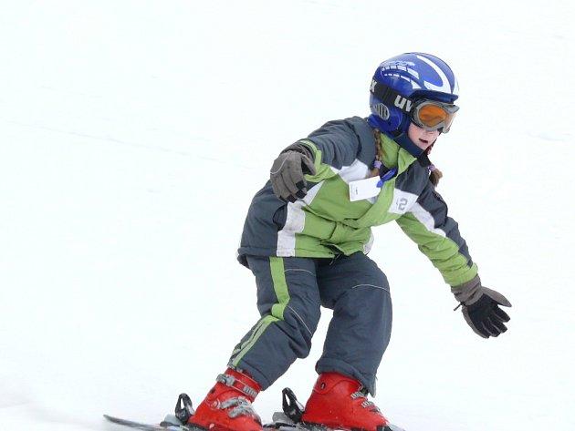 Verča vyměnila původní lyže za lyže na carving a objevuje kouzlo nového lyžování. O to víc jí to baví, když zjistila, že má lyže od stejné firmy a stejně barevně kostičkované jako její oblíbená Nikola Sudová.