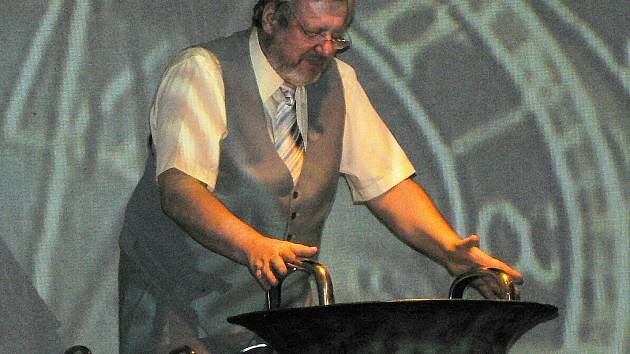 Biotronik Tomáš Pfeiffer se svým nástrojem opředeným tajemstvím - vodnářským zvonem.