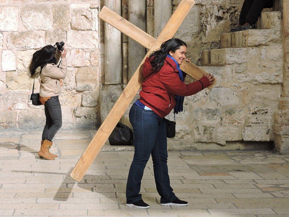 Chrám Božího hrobu - věřící si u prvního zastavení půjčují kříž, který nesou až k poslednímu zastavení.