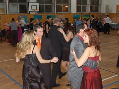 Školní ples v plném proudu.