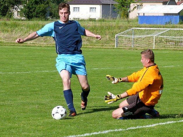 Ondřej Jouza střílí gól Průhonicím, 16. června 2013.