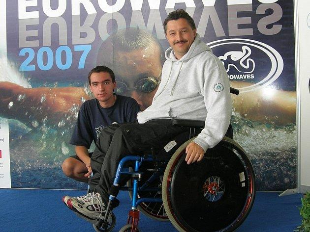 Při letošním závodě Eurowaves, kam ho doprovodil syn Leoš (na snímku), se umístil čtvrty na sto metrech a pátý a sedmý na padesátce volným stylem a znakem.
