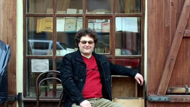 Miloš Kurtej před svým filmovým 'krámkem' na Jungmannově náměstí v Kutné Hoře.