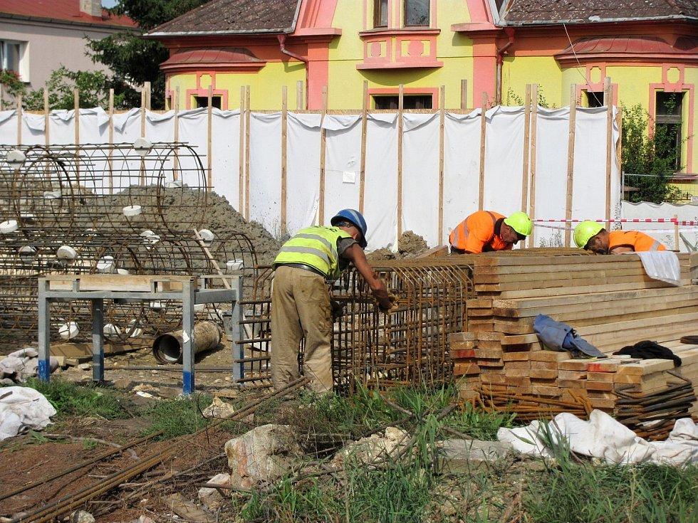 Pokračující rekonstrukce malínského mostu v úterý 22. srpna 2017.