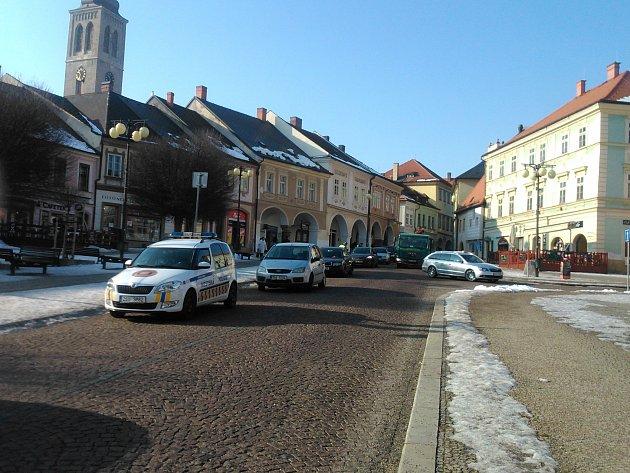 Centrum Kutné Hory je prázdné. Městští strážníci ale pokutují nekompromisně.