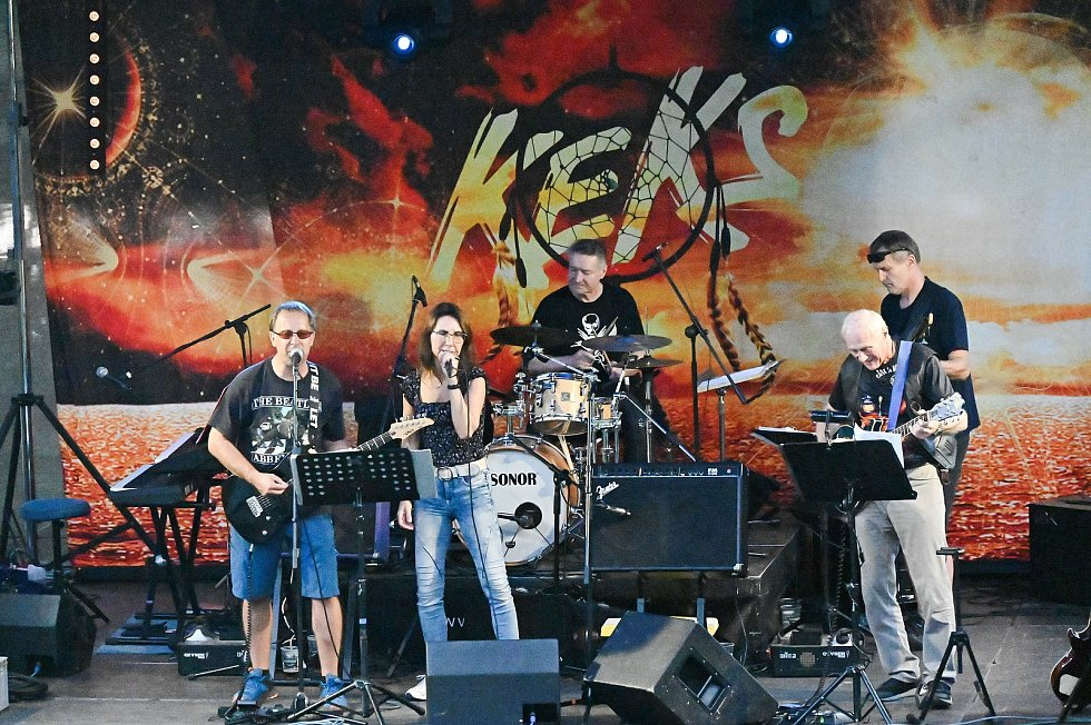Z koncertu kapel Keks a České srdce v areálu koupaliště v Uhlířských Janovicích.