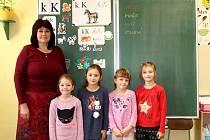 Prvňáčci ze Základní školy v Záboří nad Labem s učitelkou Ivanou Snížkovou ve školním roce 2019/2020.