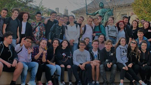 Skupina kutnohorských studentů na zájezdu.