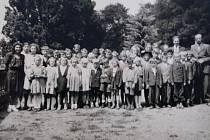 Děti ve Zbizubech na konci školního roku 1947