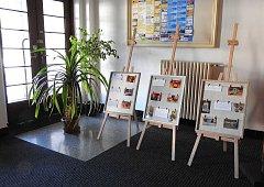 Středisko A+D vystavuje výrobky ve foyer divadla.