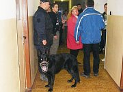 Policejní kontrola na ubytovně TJ Stadion v Kutné Hoře.
