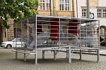 Z demonstrativního sezení v zamřížovaném prostoru – v kleci umístěné na Malostranském náměstí.