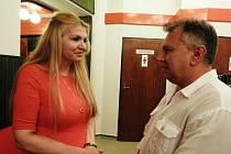 Vít Šneberg s Martinou Formanovou při setkání v čáslavském kině.
