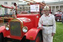 Setkání historických hasičských vozidel na zámku Kačina.