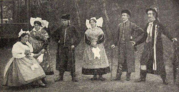 Čáslavští ochotníci ve hře Prodaná nevěsta, kterou sehráli společně se zpěváckým spolkem vroce 1901.