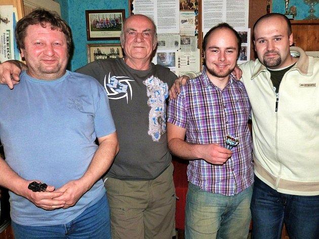 Fotka zručských šipkařů - zleva: Josef Hejl, Oldřich Žižlavský, Marek Snížek, David Chmel.