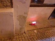 K těžkému ublížení na zdraví s následkem smrti došlo v Bakalářské pivnici v Husově ulici v Kutné Hoře. Tragickou událost připomínají hořící svíčky.