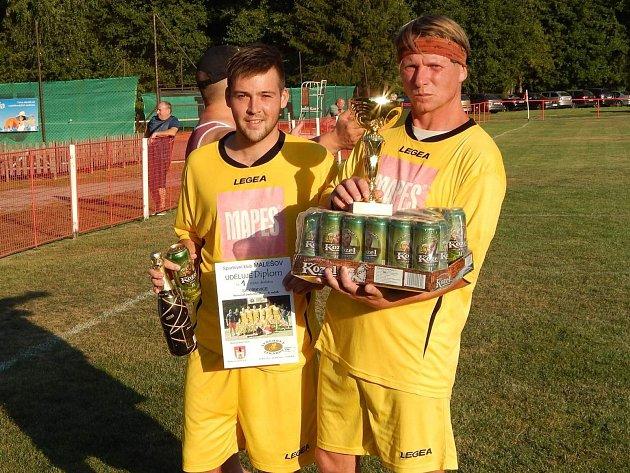Fotbalisté Církvice Jan Jungwirth (vlevo) a Petr Novák při přebírání cen za vítězství na Memoriálu Josefa Klečáka 2018 v Malešově.