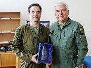 Kapitánu Ivu Kardošovi přijel na záložní letiště v Pardubicích osobně poblahopřát velitel Vzdušných sil AČR genmjr. Jaromír Šebesta