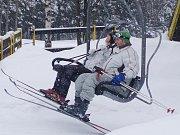 Z jednodenního lyžařského zájezdu kutnohorských turistů do Pece pod Sněžkou.