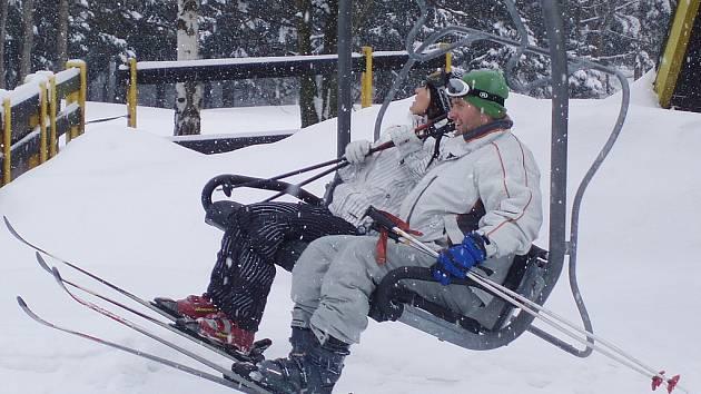Z jednodenního lyžařského zájezdu kutnohorských turistů v Harrachově.
