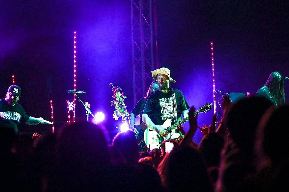 Z koncertu kapel Liwid, Mr. Loco a Divokej Bill (na snímku) ve Zručském dvoře ve Zruči nad Sázavou.