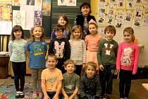Prvňáčci z Křesetic s třídní učitelkou Janou Klingerovou ve školním roce 2019/2020.