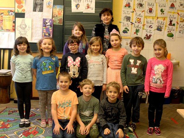 Prvňáčci zKřesetic střídní učitelkou Janou Klingerovou ve školním roce 2019/2020.