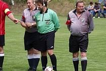 Trojice okresních fotbalových rozhodčích s vysílačkami při exhibičním utkání v Suchdole.
