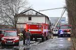 Hasiči dohašují požár ubytovny v Kutné Hoře dopoledne v sobotu 2. ledna 2021. Na místě byl přítomen i starosta Kutné Hory Josef Viktora.