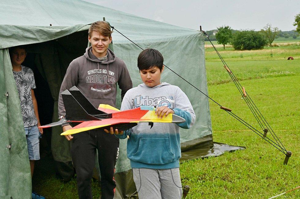 Vydatný déšť uzemnil mladé letecké modeláře.