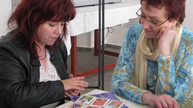 Miroslava Semerádová četla z karet.