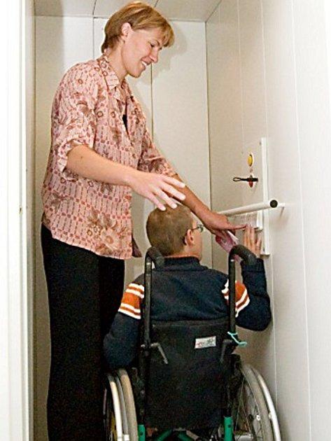 Petra Hnátová se synem Lukáškem při zkoušce výtahu.