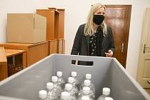 Z distribuce dezinfekce občanům nad 70 let zdarma dobrovolníky v Kutné Hoře.