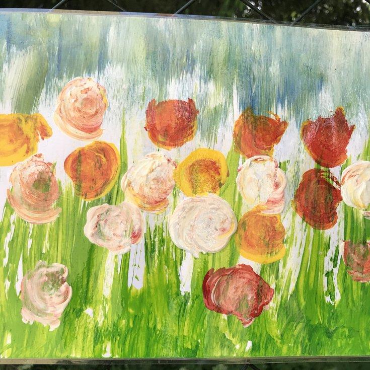 Z výstavy dětských obrázků na plotě areálu Základní školy Jana Palacha v Kutné Hoře.