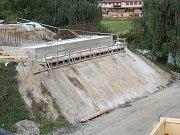 Nové základy malínského mostu dostávají svoji podobu.