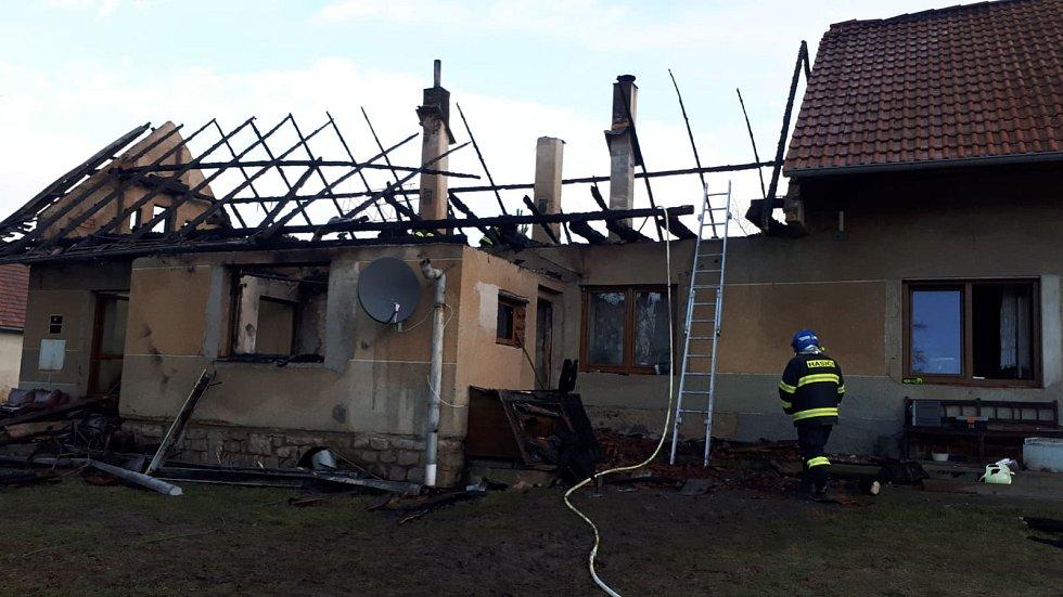 Následky nočního požáru domu v Pavlovicích.