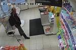 Policisté hledají muže a ženu z kamerového záznamu. Nepoznáváte je?