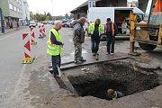 Oprava vodovodního potrubí zastavila dopravu u benešovského nádraží.