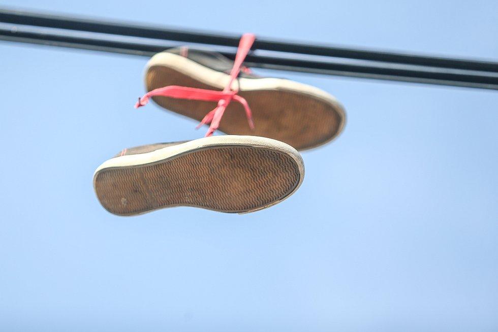 Boty na drátech u autobusové zastávky na Kaňku.