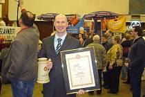 Ředitel a vrchní sládek kutnohorského pivovaru Jan Hejra s oceněním na slavnostech piva v Táboře.