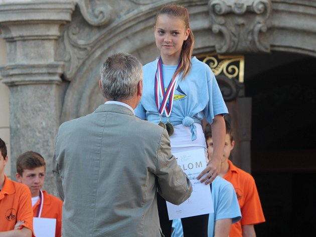 Slavnostní vyhlášení medailistů odehraných disciplín 7. Olympiády dětí a mládeže v Kutné Hoře