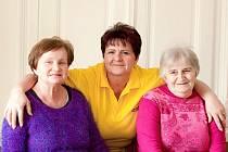 Eva Koudelová (uprostřed), pracovnice v sociálních službách ve společnosti Alzheimercentrum Filipov u Čáslavi.