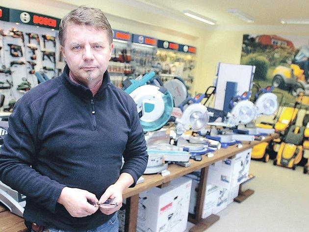 Jiří Kollman v prodejně Elsab na Kaňku.