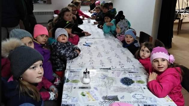 Děti z křesetického hasičského kroužku se sešly v hasičské zbrojnici.