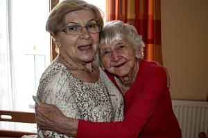 Dobrovolnice Oblastní charity v Kutné Hoře s klientkou z domova důchodců.