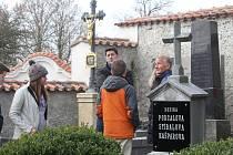 Na hřbitově v Sedlci.
