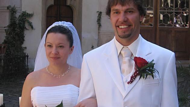 Novomanželé Martin a Eliška Pokorní po obřadu na zámeckém nádvoří ve Žlebech.